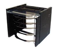 Metall Kassette für 25 Waferframes, bestehend aus eloxiertem Aluminium für den Einsatz in automatischen Wafersägen. Verschlußbügel sichern die Frames.